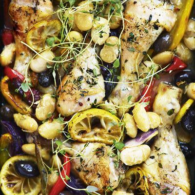 Bild på Ugnsstekta kycklingklubbor och grönsaker med stora vita bönor
