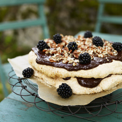 Bild på Säbytårta med pekannötter och björnbär