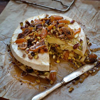 Bild på Bakad brietårta med pistagenötter, torkad frukt och honung