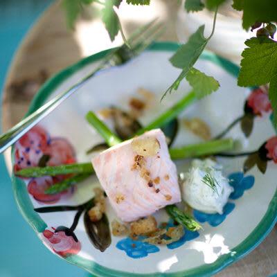 Bild på Kall ättiksinkokt lax med krutonger, dillcrème och grön sparris