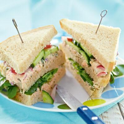 Bild på Trekantssmörgås med laxröra och picklade grönsaker