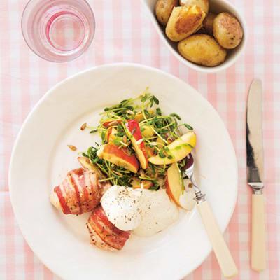Bild på Baconlindad kycklinglårfilé med äppelsallad