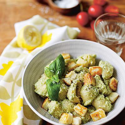 Bild på Broccolipesto med pasta och halloumikuber