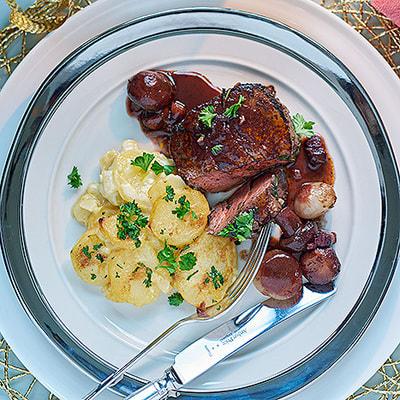 Bild på Oxfilé med potatisgratäng och portvinsstekt svamp
