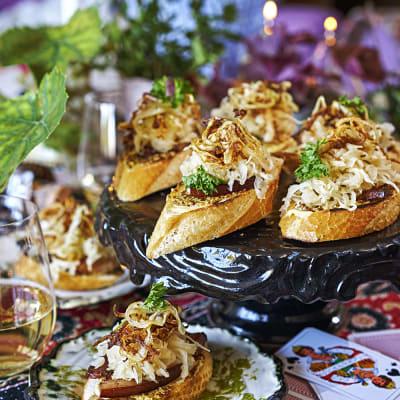 Bild på Minimackor med stekt sidfläsk, surkål och rostad lök
