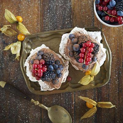 Bild på Nötpavlova med chokladmousse och bär