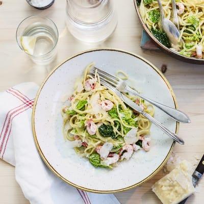 Bild på Vitlöksdoftande pasta med räkor och savojkål