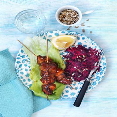 Bild på Glacerade kycklingspett med krispig råkostsallad