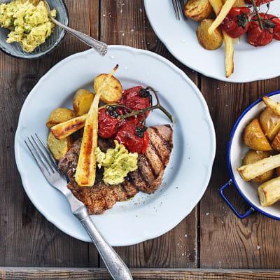 Bild på Saltrostad potatis och palsternacka med lövbiff och kryddsmör