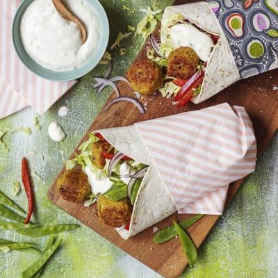 Bild på Quinoabollar med limeyoghurt i tortillawrap