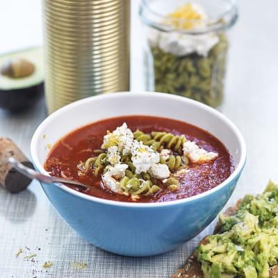 Bild på Tomatsoppa i termos med fetaost och bönpasta