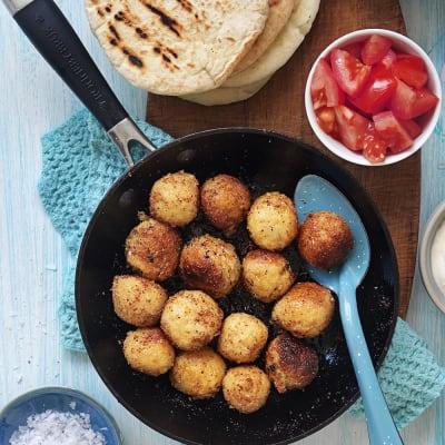 Bild på Krispiga bönbollar i pitabröd med yoghurtsås