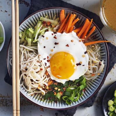 Bild på Soppa med nudlar och krispiga grönsaker
