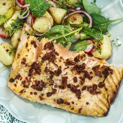 Bild på Laxsida med picklad färskpotatissallad