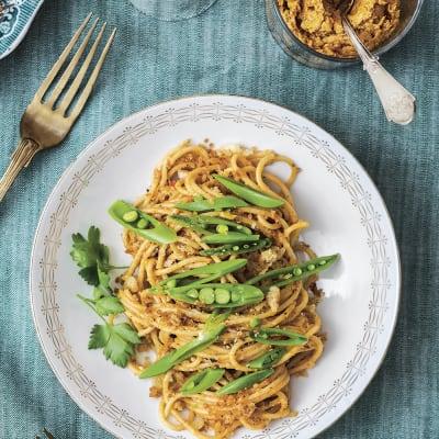 Bild på Spaghetti med röd färskostpesto och krispig topping