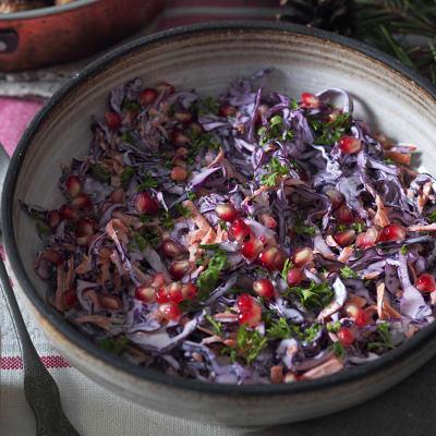 Bild på Krämig rödkålsslaw med pepparrot och granatäpple