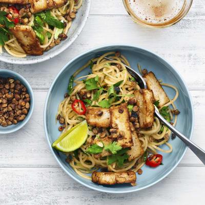 """Bild på Asiatisk """"nudelsallad"""" på kålrot med tofu och krunchiga linser"""