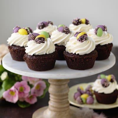 Bild på Chokladcupcakes med grädde och marsipanägg