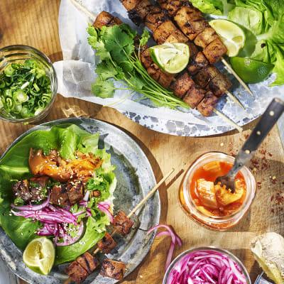 Bild på Koreansk bbq-tofu med kimchi i salladsblad
