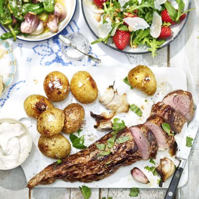 Bild på Helstekt fläskfilé med saltbakad potatis och jordgubbssallad
