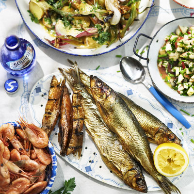 Bild på Rökta räkor och rökt fisk med rostad potatissallad och äppelsalsa