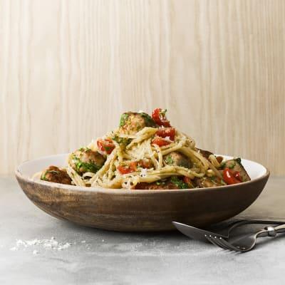 Bild på Spagetti med kycklingbönbollar, tomat, persilja och vitlök