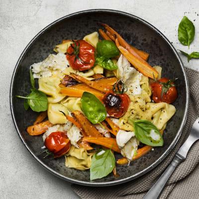 Bild på Färsk fylld pasta med ugnsbakade grönsaker och mozzarella