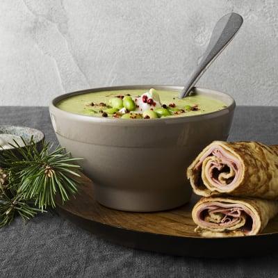 Bild på Sojabönsoppa med citruskräm och ost- och skinkfylld pannkaksrulle