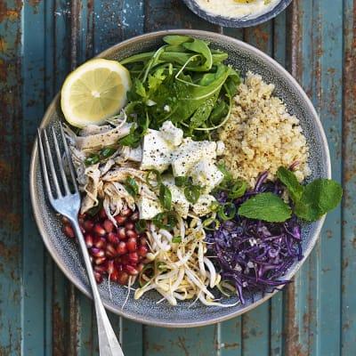 Bild på Kycklingsallad med quinoa, fetaost och granatäpple