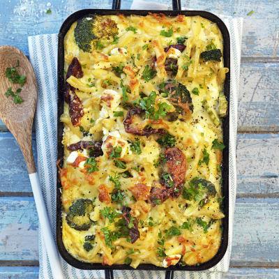 Bild på Pastagratäng med ostsås, broccoli och soltorkade tomater