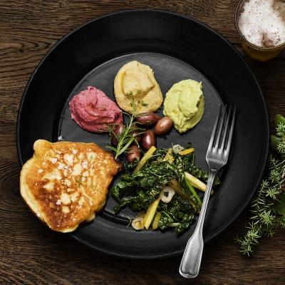 Bild på Mezetallrik med svartkål, tre sorters hummus och stekt yoghurtbröd
