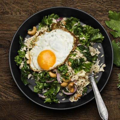 Bild på Stek råris med grönkål, cashewnötter och ägg