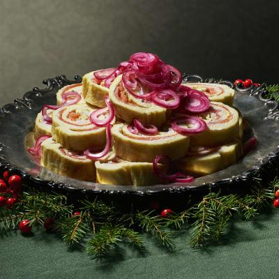 Bild på Lotta Lundgren - Omelettsnurror med lax, färskost och picklad rödlök
