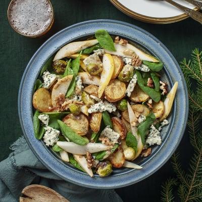 Bild på Ljummen ädelostsallad med rostad potatis och brysselkål