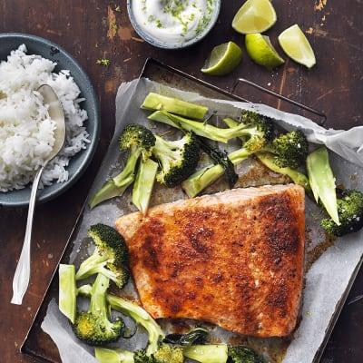 Bild på Ugnsbakad lax med limeyoghurt och broccoli
