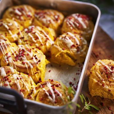 Bild på Saffransbullar med mandelmassa och vit chokladtopping