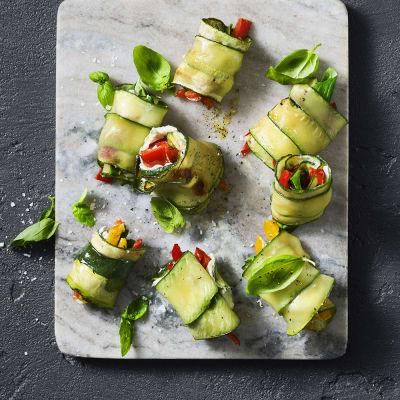 Bild på Paprika- och färskostfyllda zucchinirullar