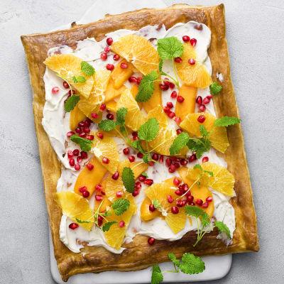 Bild på Smördegspizza med mango och apelsin