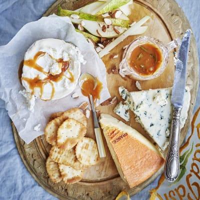 Bild på Tre sorters ost med rosmarinkolasås