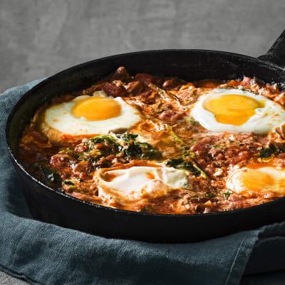 Bild på Spenatgryta med bakat ägg och vitlöksbröd