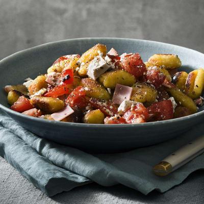 Bild på Vitlöksstekt gnocchi med skinka, tomat och fetaost