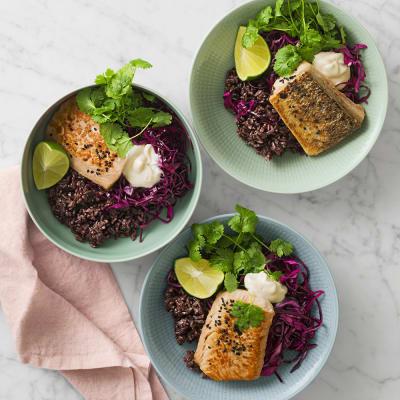 Bild på Ugnsbakad lax med svart ris, snabbsyrad rödkål och sesammajonnäs