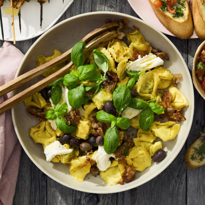 Bild på Pastasallad med fylld pasta och basilika