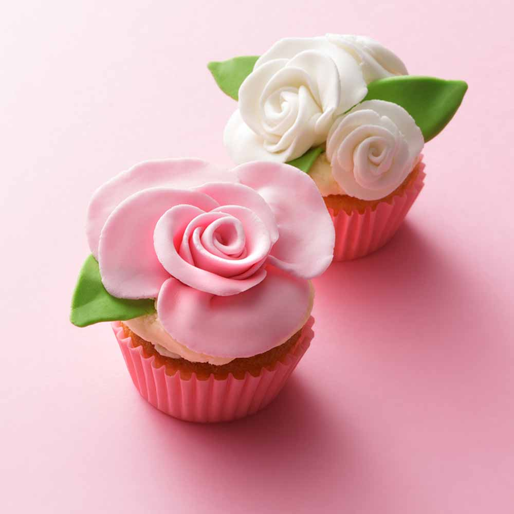 2 decorated cup cakes