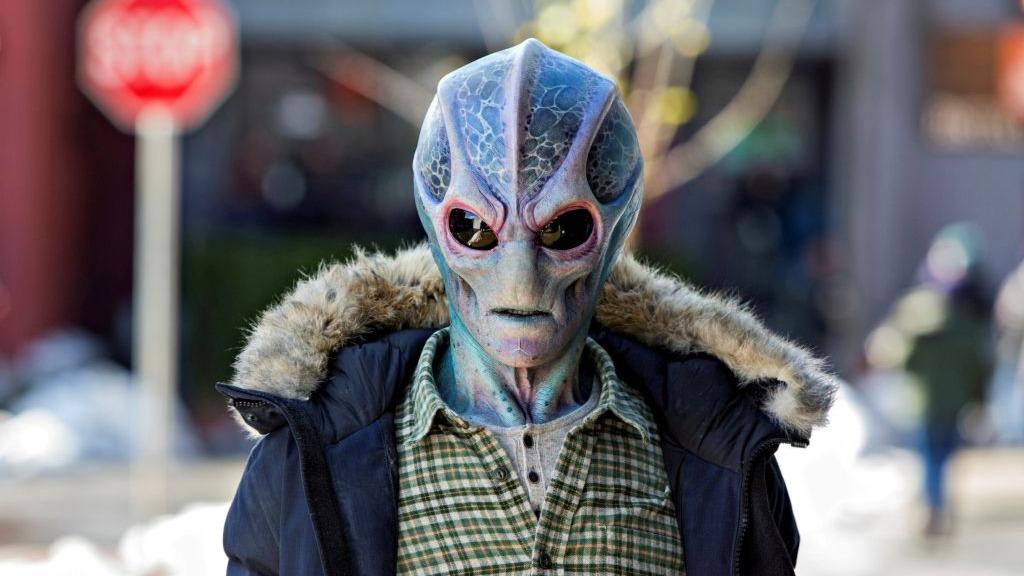Resident Alien: Wie lustig ist die neue Sci-Fi-Comedy bei SYFY? | Spiele.de