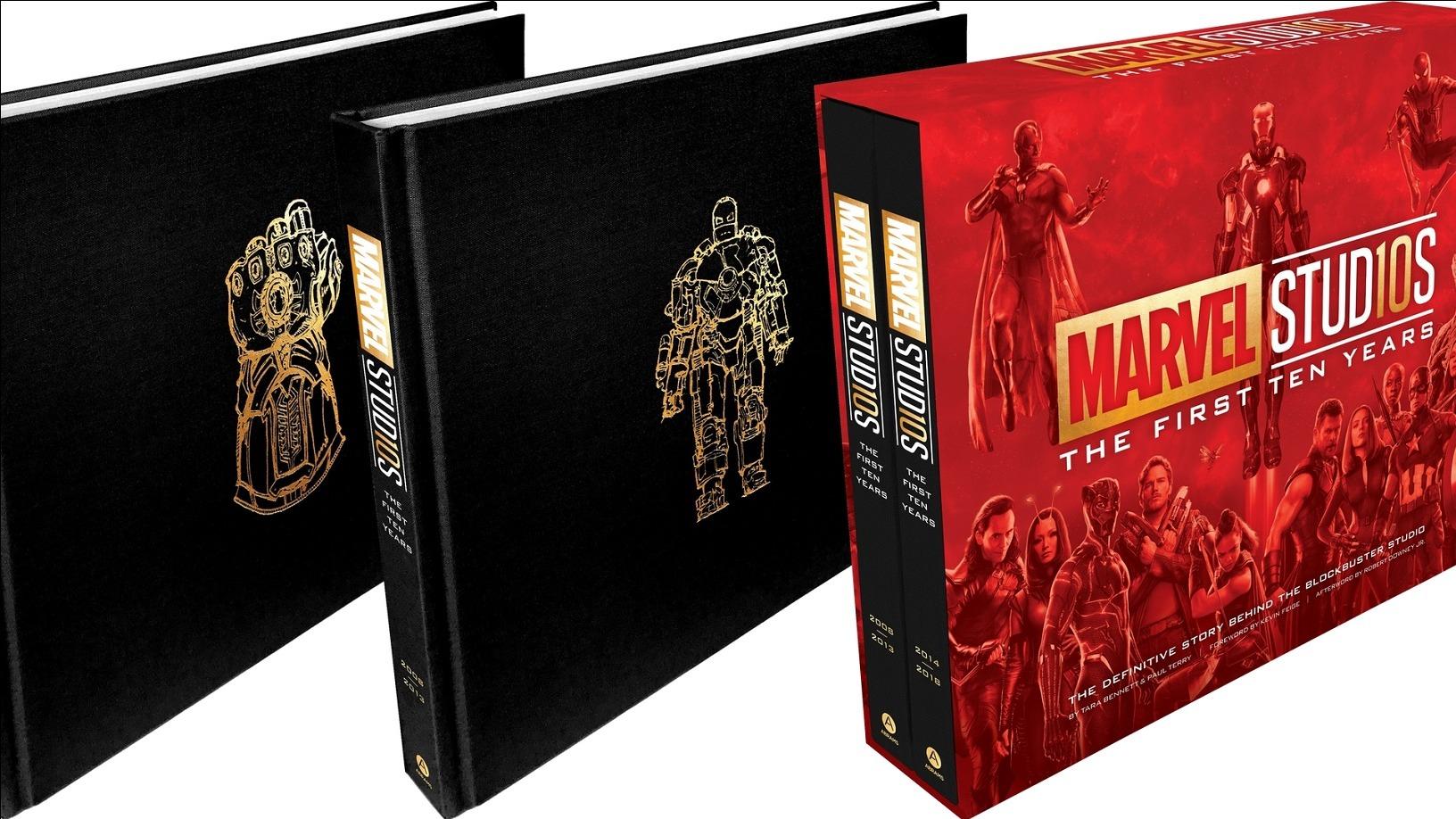 Zwei edle Bände in Schwarz mit goldenen Emblemen in einem Marvel-Sammelschuber. | Spiele.de