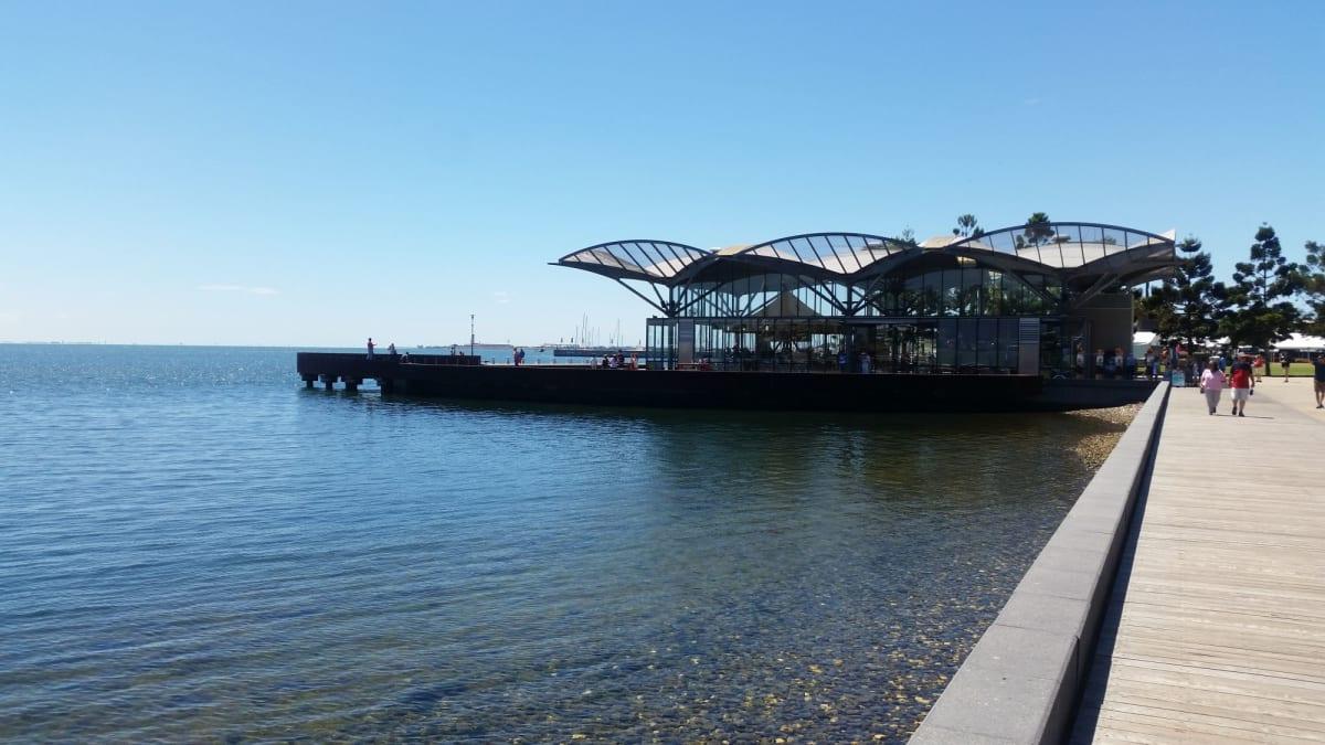ジーロングの海岸。 ウォーターフロントに面白い施設や公園がある。この突堤の建物の中には回転木馬があった。
