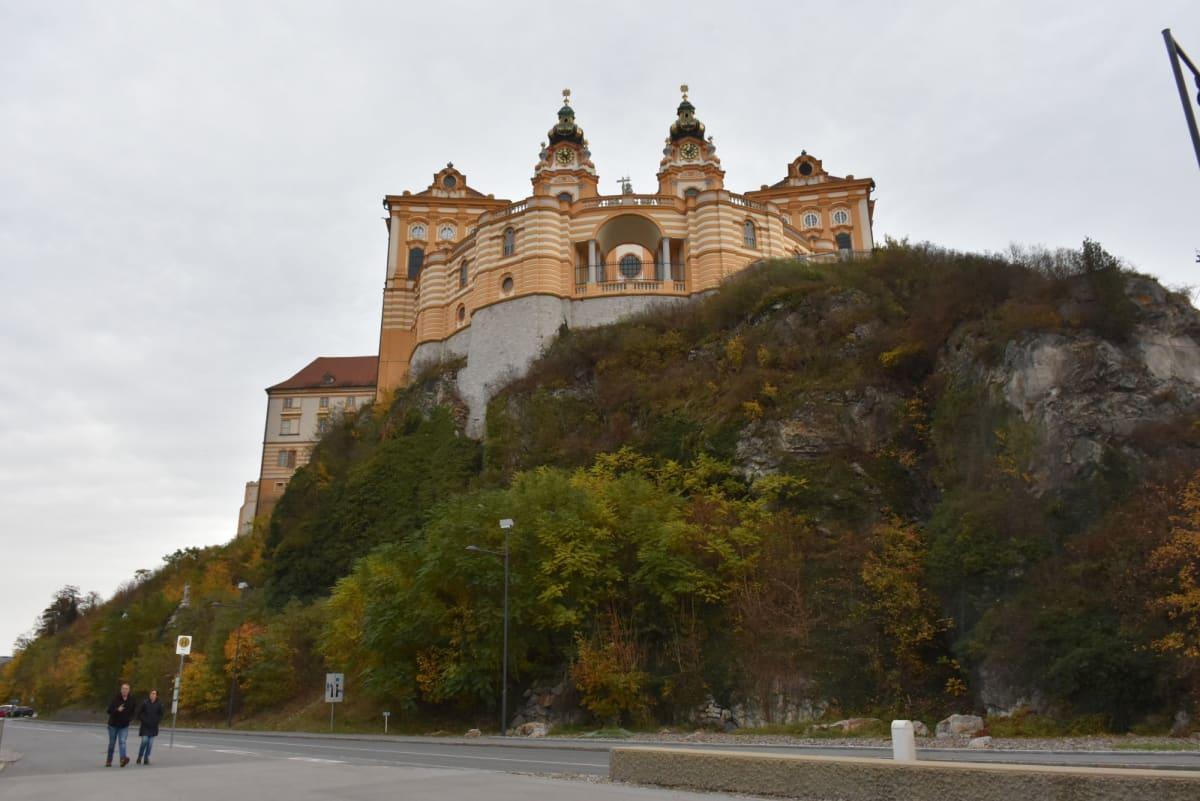崖の下から見たメルク修道院