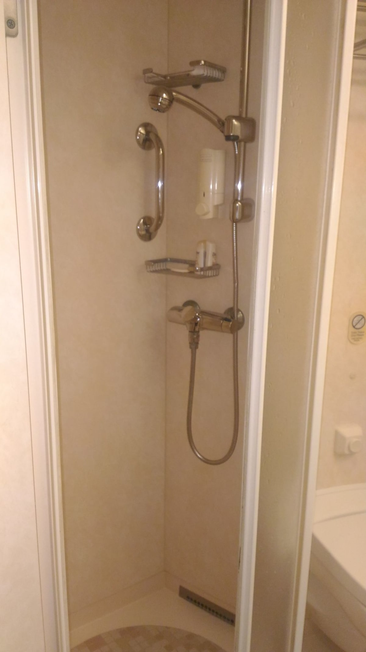 いつもながら安い部屋なのだが、シャワーブースはカーテンではなくスライドドア。ちょっと嬉しい。