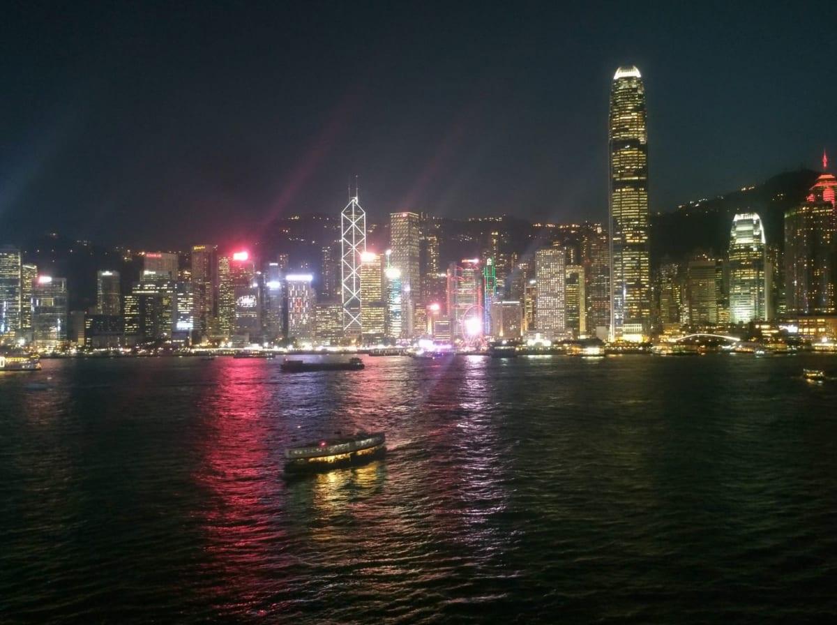 特に見どころのないクルーズですが、出港の時間帯に最上階の外に出てみると、香港の100万ドルの夜景が素晴らしかったです。